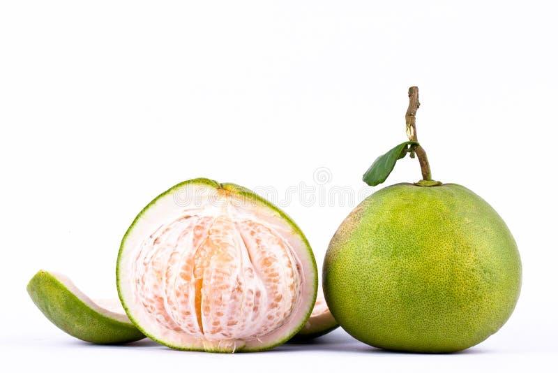 Φρέσκα πράσινα pomelos και μισό pomelo στα άσπρα τρόφιμα φρούτων υποβάθρου υγιή που απομονώνονται στοκ εικόνα