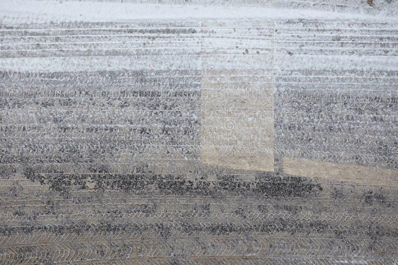 Φρέσκα σημάδια ροδών στο λασπώδες χιόνι στοκ εικόνες