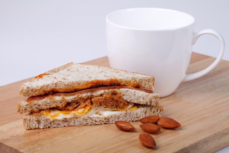 Φρέσκα σπιτικά σάντουιτς με τον καφέ στοκ φωτογραφίες