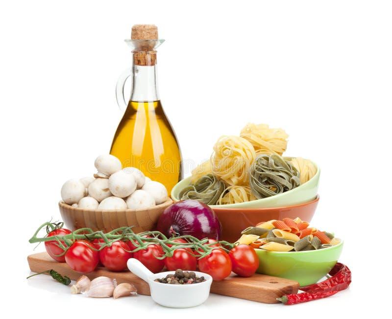 Φρέσκα συστατικά για το μαγείρεμα: ζυμαρικά, ντομάτα, μανιτάρι και καρύκευμα στοκ εικόνες