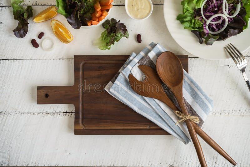 Φρέσκα συστατικά για το μαγείρεμα στο άσπρο ξύλινο υπόβαθρο στοκ εικόνα