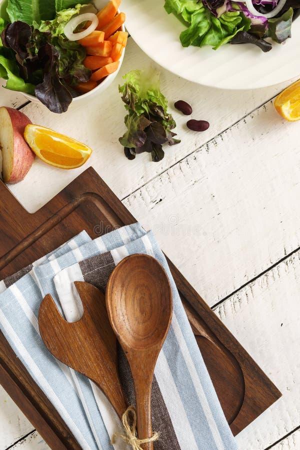 Φρέσκα συστατικά για το μαγείρεμα στο άσπρο ξύλινο υπόβαθρο στοκ εικόνες