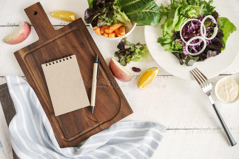 Φρέσκα συστατικά για το μαγείρεμα στο άσπρο ξύλινο υπόβαθρο στοκ εικόνα με δικαίωμα ελεύθερης χρήσης
