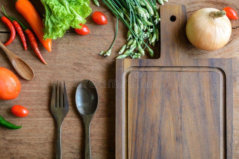 Φρέσκα συστατικά για το μαγείρεμα στο ξύλινο επιτραπέζιο υπόβαθρο στοκ εικόνες