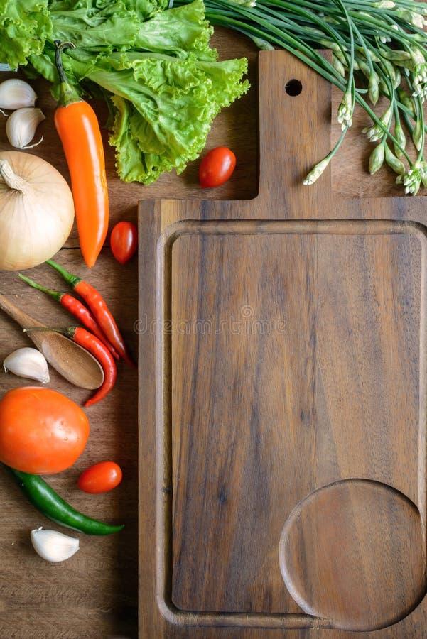 Φρέσκα συστατικά για το μαγείρεμα στο ξύλινο επιτραπέζιο υπόβαθρο στοκ φωτογραφίες