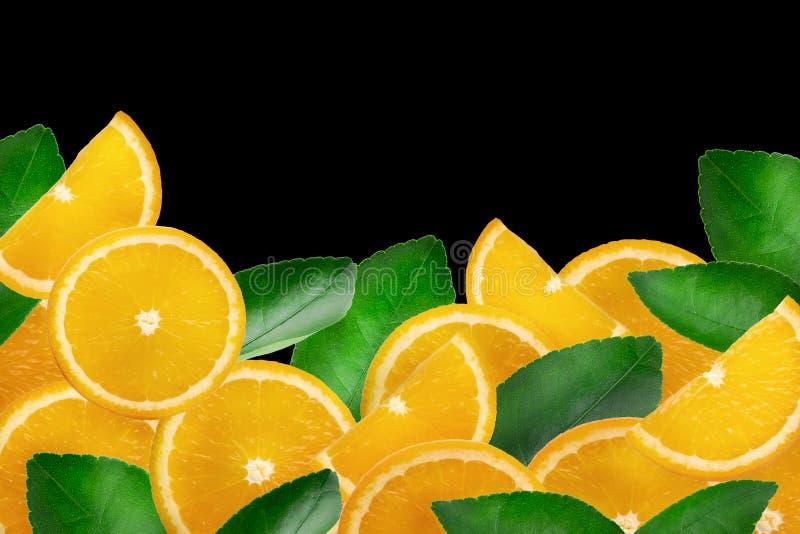 Φρέσκα τεμαχισμένα πορτοκάλια †‹â€ ‹που απομονώνονται πέρα από το μαύρο υπόβαθρο στοκ εικόνα με δικαίωμα ελεύθερης χρήσης
