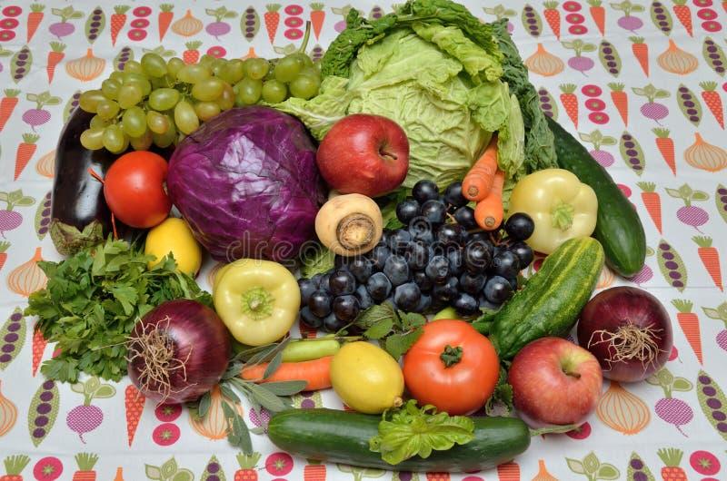Φρέσκα υγιή λαχανικά και φρούτα στοκ εικόνα