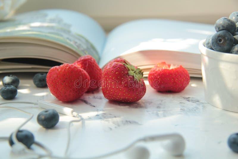 Φρέσκα φράουλες και βακκίνια στον πίνακα στοκ εικόνες