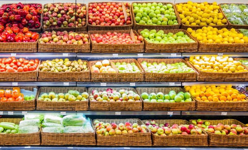 Φρέσκα φρούτα και λαχανικά στο ράφι στην υπεραγορά στοκ φωτογραφία με δικαίωμα ελεύθερης χρήσης