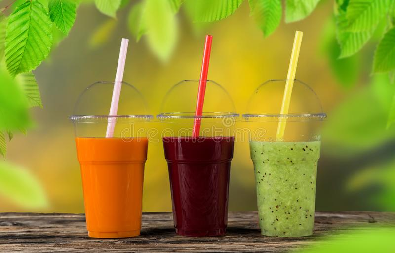Φρέσκα φρούτα μιγμάτων χυμού, υγιή ποτά στον ξύλινο πίνακα στοκ φωτογραφίες με δικαίωμα ελεύθερης χρήσης