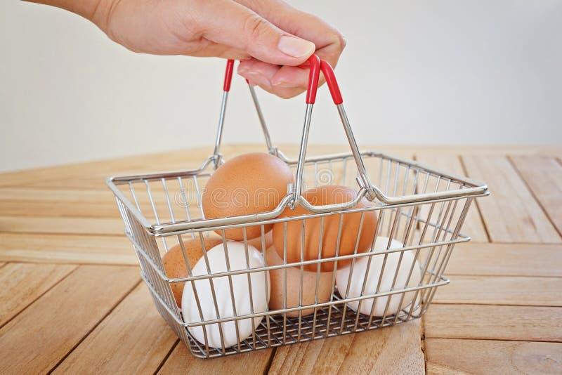 Φρέσκα φυσικά αυγά EW AF σε ένα καλάθι μετάλλων στοκ φωτογραφία