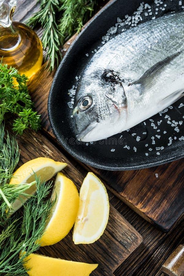 Φρέσκα ψάρια θάλασσας στο τηγάνισμα του τηγανιού στοκ εικόνα με δικαίωμα ελεύθερης χρήσης