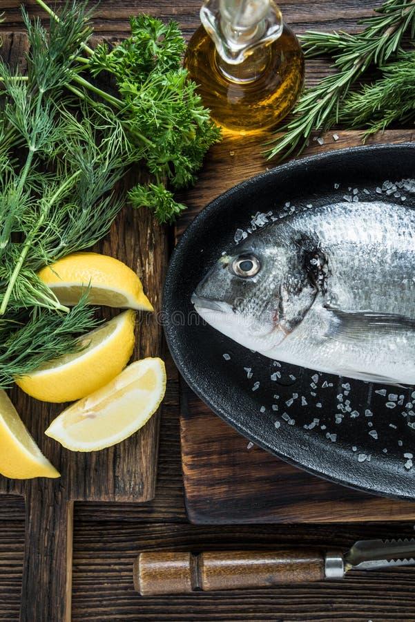 Φρέσκα ψάρια θάλασσας στο τηγάνισμα του τηγανιού στοκ φωτογραφία
