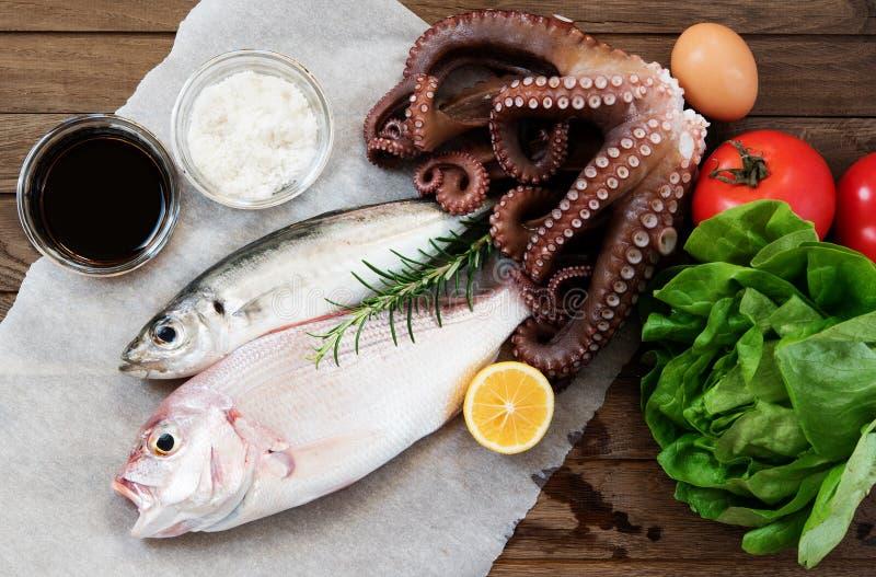 Φρέσκα ψάρια και λαχανικά στοκ εικόνες
