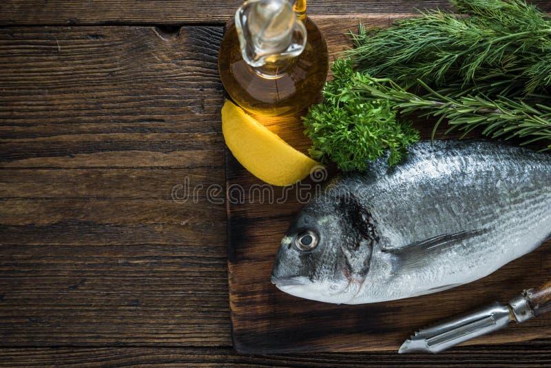 Φρέσκα ψάρια και χορτάρια θάλασσας στοκ εικόνα με δικαίωμα ελεύθερης χρήσης