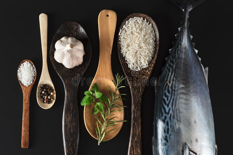 Φρέσκα ψάρια, ρύζι και καρυκεύματα στοκ εικόνες