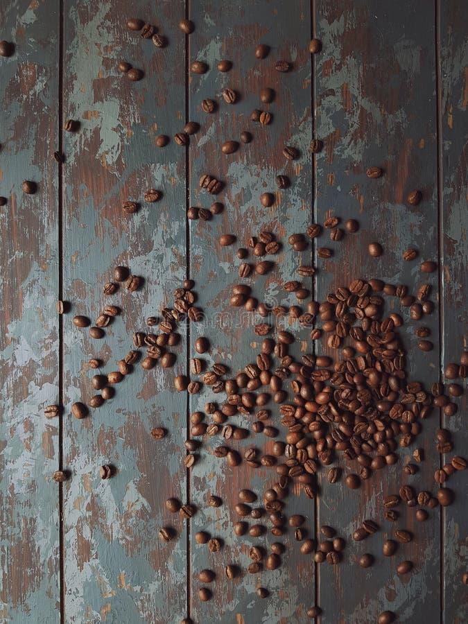Φρέσκα ψημένα φασόλια καφέ στον αγροτικό ξύλινο πίνακα στη μορφή της καρδιάς και του καφέ λέξης, τοπ άποψη στοκ εικόνες με δικαίωμα ελεύθερης χρήσης