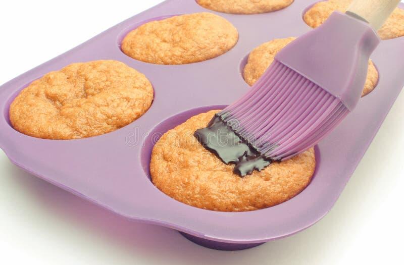 Φρέσκα ψημένα muffins καρότων στη φόρμα σιλικόνης και τη χύνοντας σοκολάτα Εύγευστο επιδόρπιο στοκ φωτογραφία με δικαίωμα ελεύθερης χρήσης