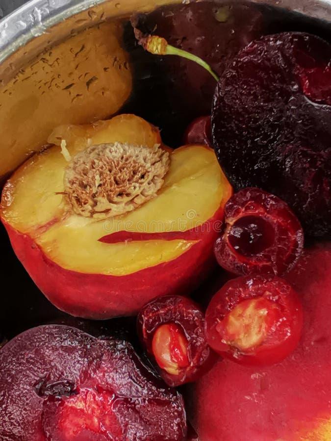 Φρέσκα ώριμα θερινά μούρα και φρούτα, ροδάκινα, βερίκοκα, κεράσι και δαμάσκηνο σε ένα στρογγυλό πιάτο στον πίνακα στοκ εικόνα