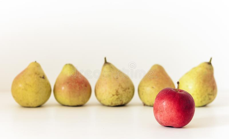 Φρέσκα ώριμα μήλο και αχλάδια στο άσπρο υπόβαθρο, χορτοφάγος έννοια στοκ φωτογραφίες με δικαίωμα ελεύθερης χρήσης