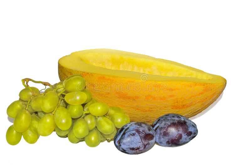 Φρέσκα ώριμα φρούτα και μούρα που απομονώνονται σε ένα άσπρο υπόβαθρο στοκ εικόνες