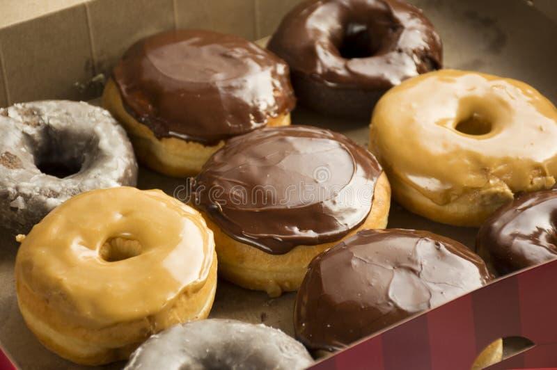 Φρέσκα donuts σε ένα κιβώτιο donuts στοκ φωτογραφία με δικαίωμα ελεύθερης χρήσης