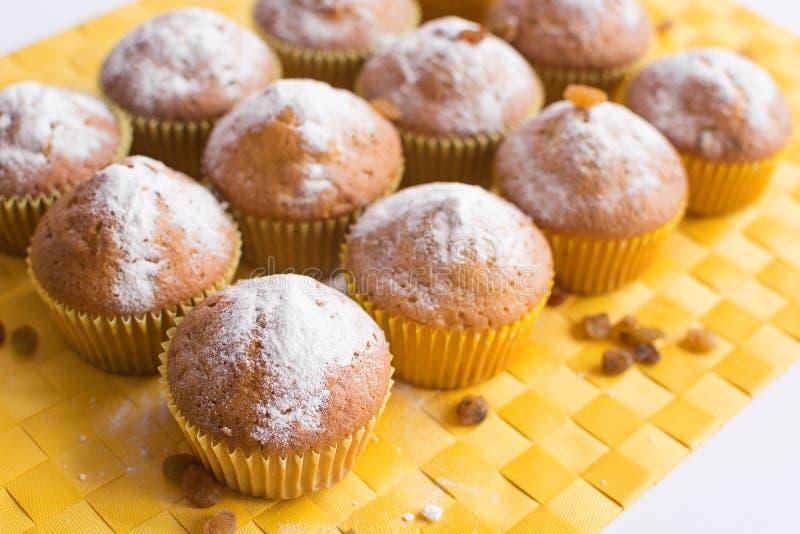 Φρέσκα muffins στην κίτρινη πετσέτα στοκ εικόνες με δικαίωμα ελεύθερης χρήσης
