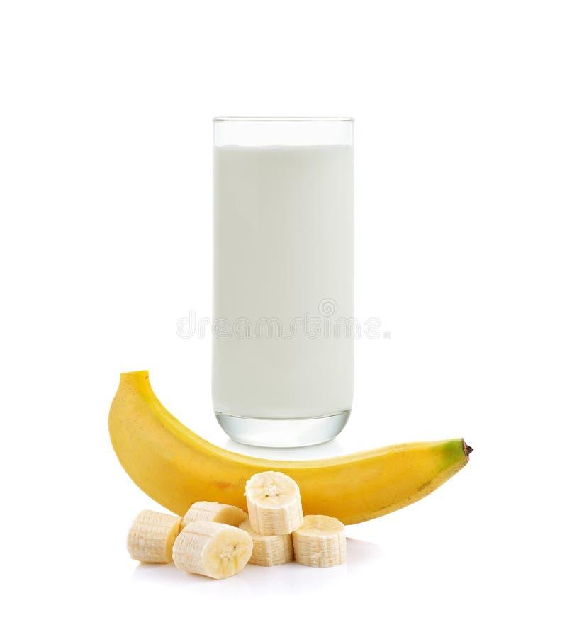 Φρέσκες γάλα και μπανάνα στο άσπρο υπόβαθρο στοκ φωτογραφίες με δικαίωμα ελεύθερης χρήσης