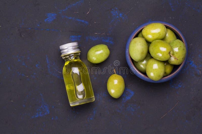 Φρέσκες ελιές με καθαρή το ελαιόλαδο στοκ εικόνες