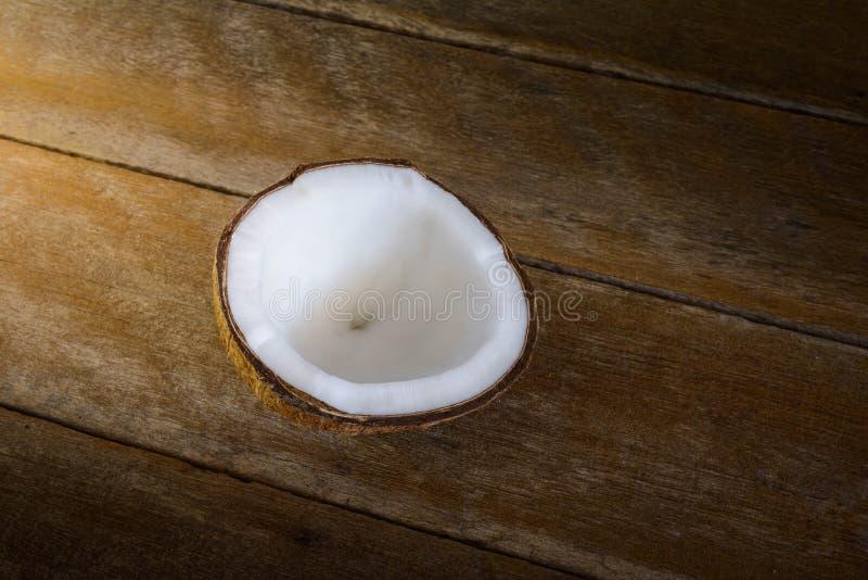 Φρέσκες καρύδες παλαιό σε ξύλινο στοκ εικόνες