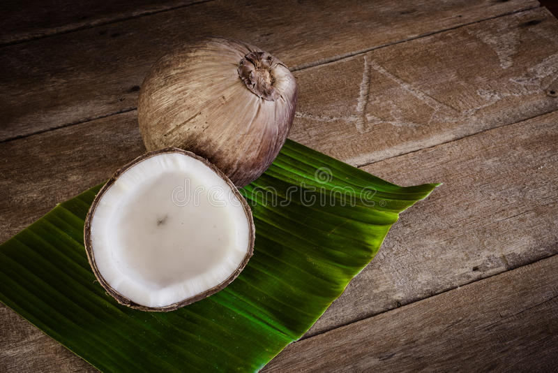 Φρέσκες καρύδες στο φύλλο μπανανών στοκ φωτογραφία με δικαίωμα ελεύθερης χρήσης