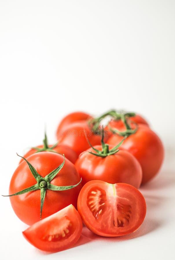Φρέσκες κόκκινες ντομάτες στην άσπρη ανασκόπηση στοκ εικόνα με δικαίωμα ελεύθερης χρήσης