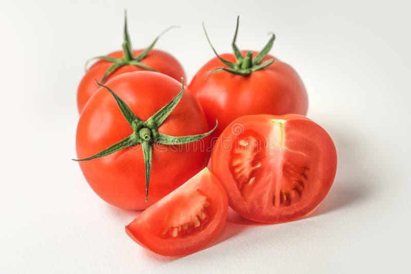 Φρέσκες κόκκινες ντομάτες στην άσπρη ανασκόπηση στοκ φωτογραφία με δικαίωμα ελεύθερης χρήσης