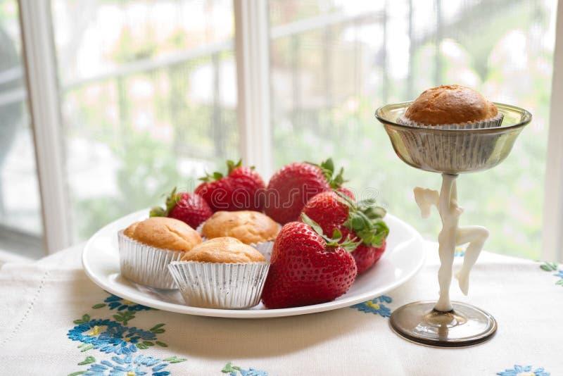 φρέσκες μίνι muffins φράουλες στοκ εικόνες