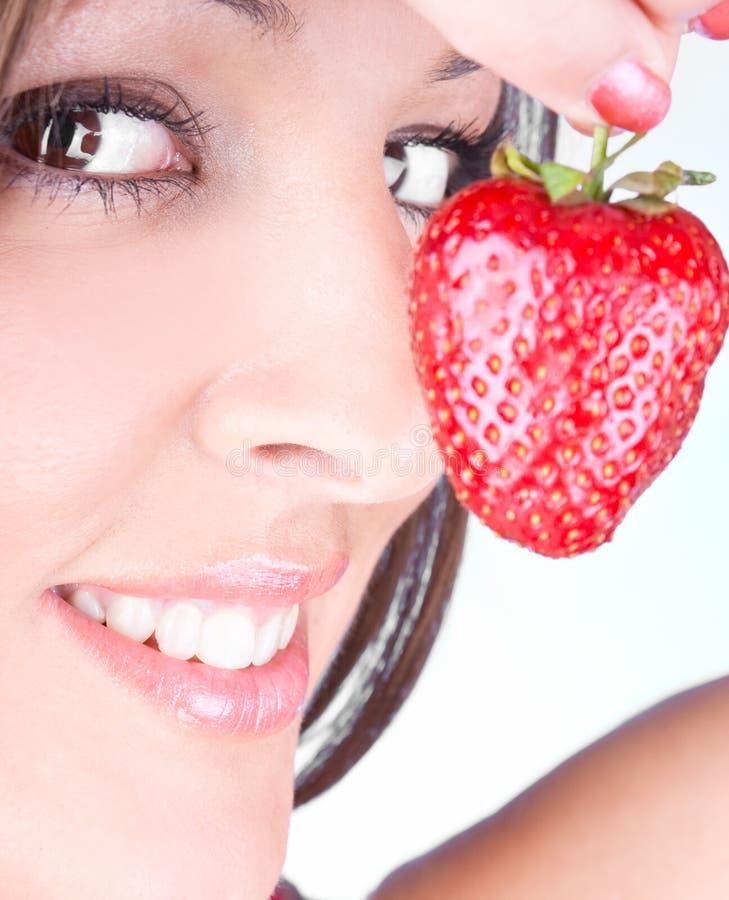 φρέσκες νεολαίες γυναικών φραουλών εκμετάλλευσης στοκ φωτογραφίες