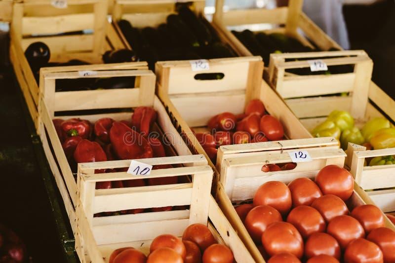 Φρέσκες ντομάτα, πιπέρια και πάπρικα στην αγροτική αγορά Φυσικά τοπικά προϊόντα στην αγροτική αγορά συγκομιδή Εποχιακά προϊόντα F στοκ φωτογραφία με δικαίωμα ελεύθερης χρήσης
