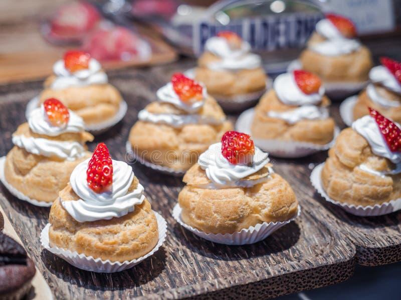 Φρέσκες ριπές κρέμας που γεμίζουν με την κτυπημένες κρέμα και τη φράουλα στην κορυφή στοκ φωτογραφία