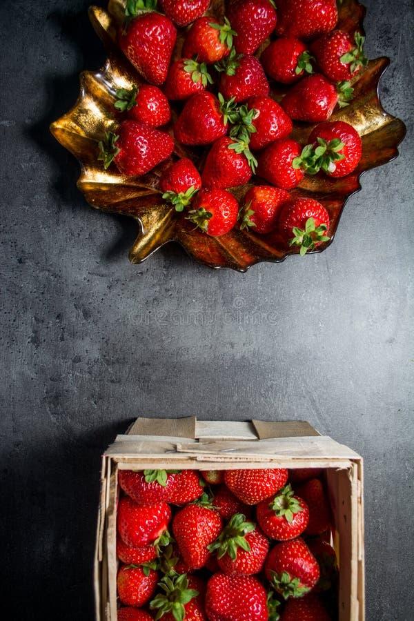 φρέσκες φράουλες μαύρες φράουλες ανασκόπ&et Θέση στο κείμενο στοκ εικόνες