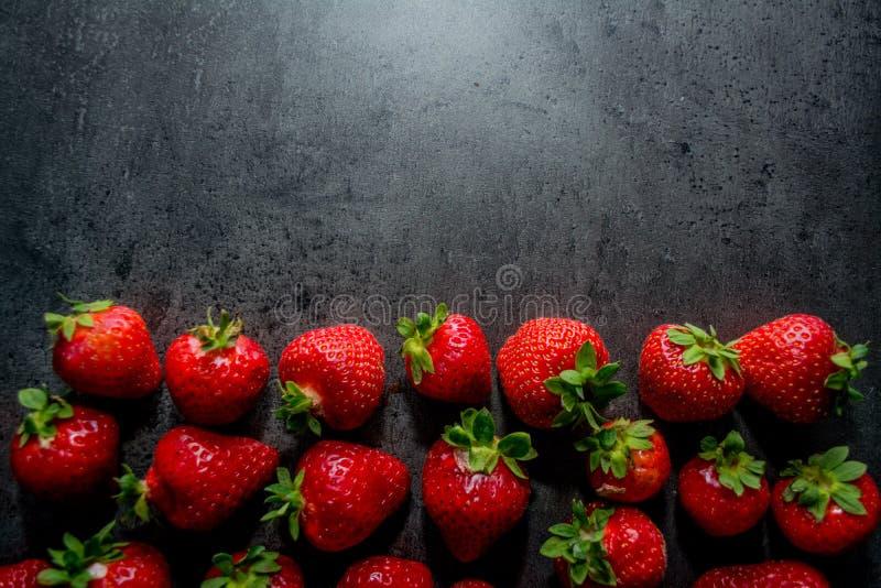 φρέσκες φράουλες μαύρες φράουλες ανασκόπ&et Θέση στο κείμενο στοκ εικόνα με δικαίωμα ελεύθερης χρήσης