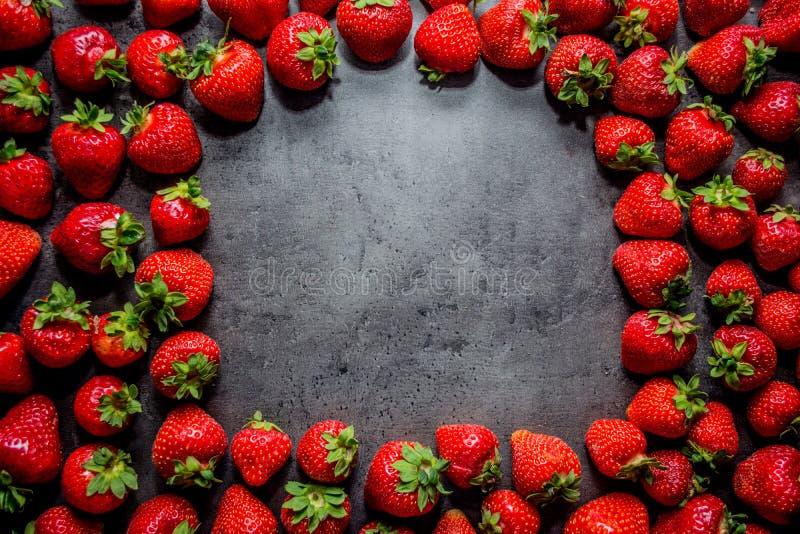 φρέσκες φράουλες μαύρες φράουλες ανασκόπ&et Θέση στο κείμενο στοκ φωτογραφίες
