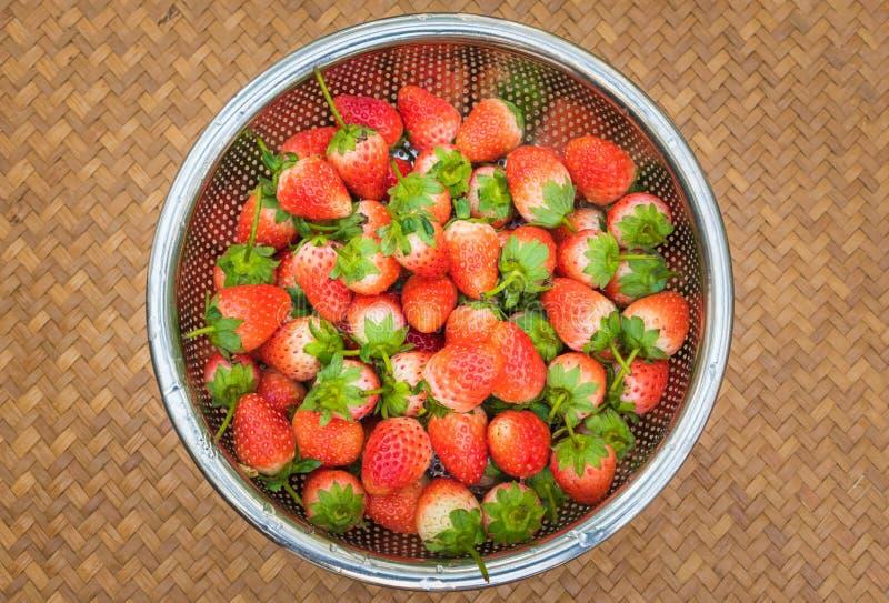 Φρέσκες φράουλες με τα φωτεινά κόκκινα μούρα στο καλάθι στοκ φωτογραφία με δικαίωμα ελεύθερης χρήσης