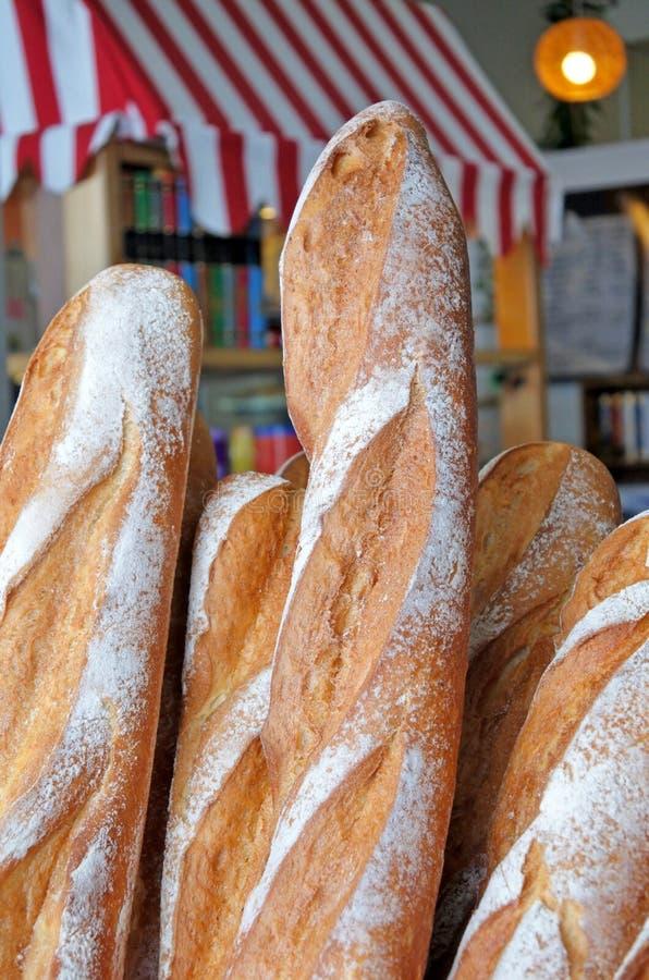 Φρέσκες φραντζόλες του γαλλικού ψωμιού έξω από ένα αρτοποιείο στο Παρίσι Γαλλία στοκ εικόνες