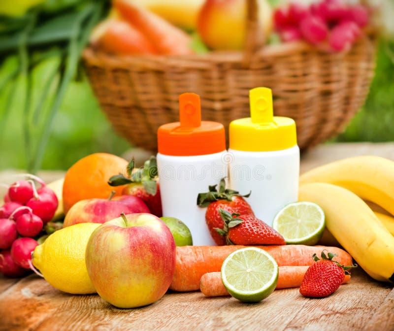 Φρέσκες, φυσικές βιταμίνες από τα φρούτα και λαχανικά στοκ εικόνες