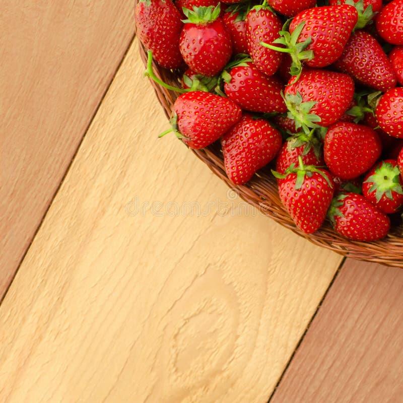 Φρέσκες ώριμες φράουλες στο καλάθι - τετραγωνική σύνθεση στοκ εικόνα