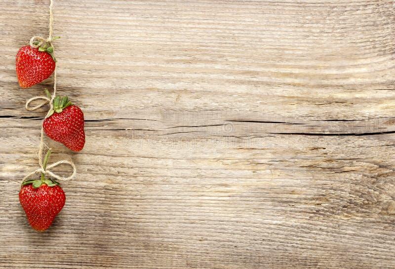 Φρέσκες ώριμες φράουλες στο ξύλινο υπόβαθρο στοκ εικόνες