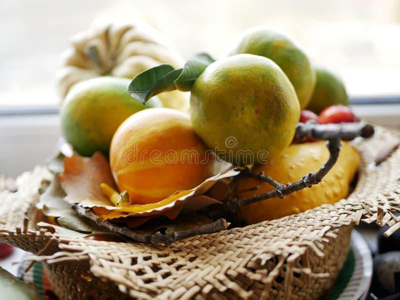 Φρέσκες tangerines και κολοκύθες σε ένα καλάθι αχύρου, αγορά στοκ εικόνες με δικαίωμα ελεύθερης χρήσης