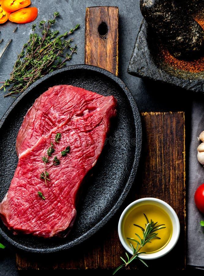 Φρέσκια ακατέργαστη μπριζόλα βόειου κρέατος κρέατος Tenderloin βόειου κρέατος, καρυκεύματα, χορτάρια και εκλεκτής ποιότητας μαχαι στοκ εικόνες με δικαίωμα ελεύθερης χρήσης