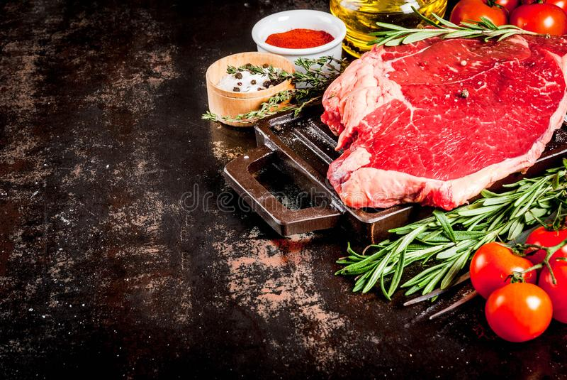 Φρέσκια ακατέργαστη μπριζόλα κρέατος, αρνιών ή βόειου κρέατος στοκ εικόνες