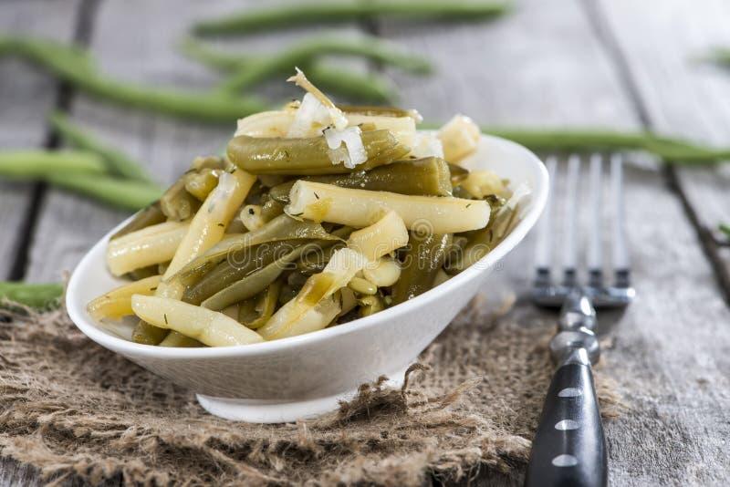 Φρέσκια γίνοντη πράσινη σαλάτα φασολιών στοκ φωτογραφίες