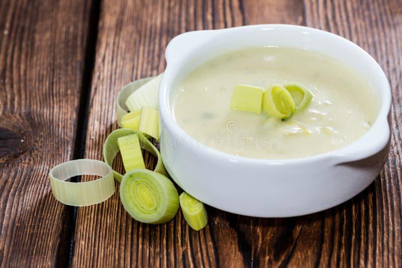 Φρέσκια γίνοντη σούπα πράσων στοκ εικόνα με δικαίωμα ελεύθερης χρήσης